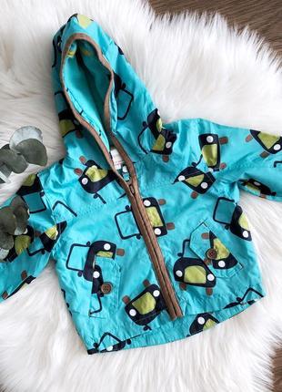 Яркая детская курточка-дождевик с мягкой подкладкой и капюшоном в машинки