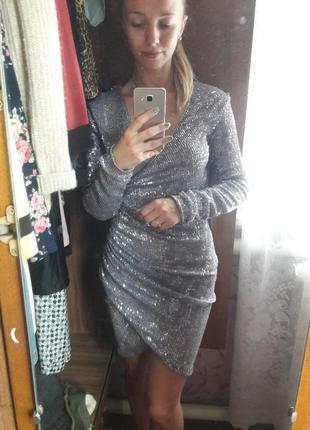 Яркое серебряное платье с пайетками