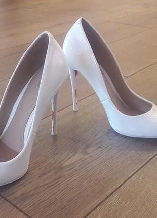 Белые лакированные туфли с острым носком, классические туфли, интересная подошва