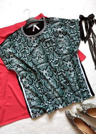 Крутая футболка в змеиный принт, с лампасами