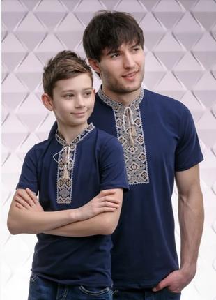 Парная вышиванка синяя футболка с бежевой вышивкой крестиком