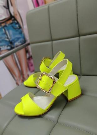 Яркие неоновые босоножки на удобном каблуке кожа замш