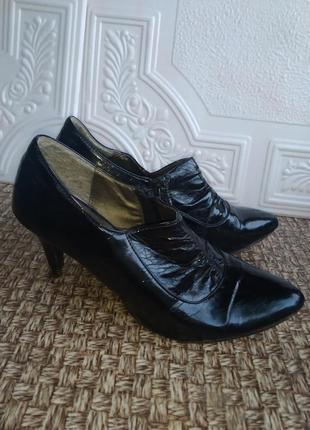 Лакированные туфли ботинки на каблуках