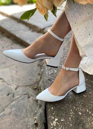 Кожаные белые туфли на низком каблуке натуральная кожа