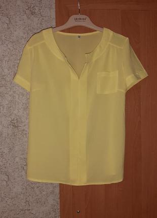 Блузка нежно-жолтого цвета.