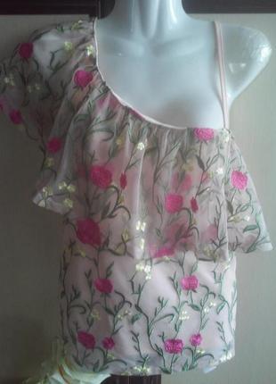 Асимметричная блуза с вышивкой, с воланом на одно плечо.