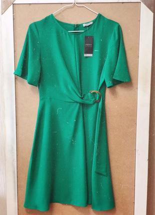 Зелёное платье с красивым поясом
