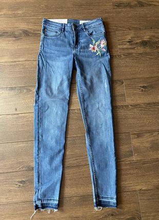 Новые джинсы скинни американка высокая посадка стрейч с вышивкой