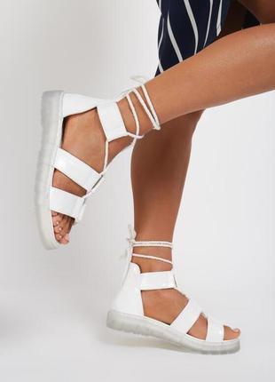 Белые и желтые сандалии-гладиаторы на полупрозрачной подошве 🍋