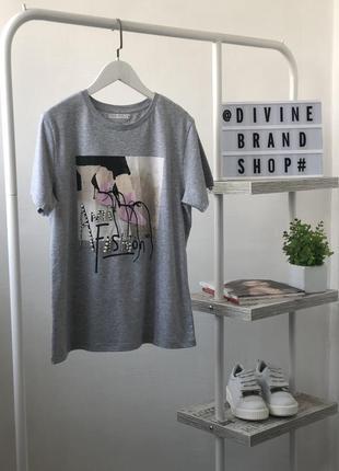 Шикарная футболка в модный принт с камнями и бусинами louise orop