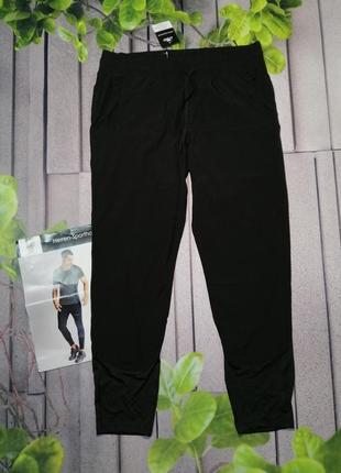 Спортивные брюки по фигуре черные из тонкой ткани