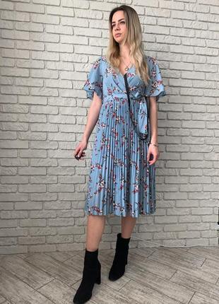 Легкое, летнее платье с цветочным принтом, имеет плиссированную юбку