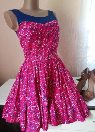 Дуже красива сукня із пишною юбкою.