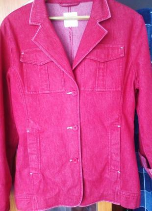 Красный джинсовый пиджак