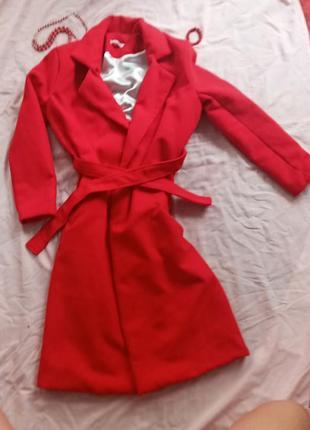 Прекрасное кашемировое пальто ярко красного цвета