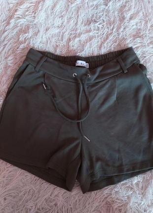 Короткие шорты свободного кроя цвета хаки