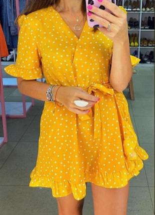 Яркое жёлтое короткое платье в горох. мини платье на запах в горошек. хс-м