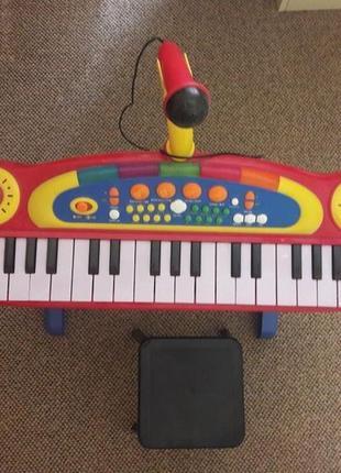 Синтезатор пианино с микрофоном и стульчиком