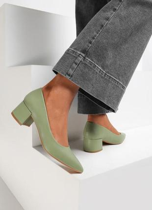 Пастельные зелёные туфли на низком стильном каблуке