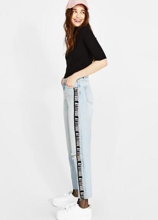 Стильные джинсы bershka mom fit  с лампасами
