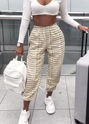Рендовые бежевые брюки-джоггеры с буквенным принтом