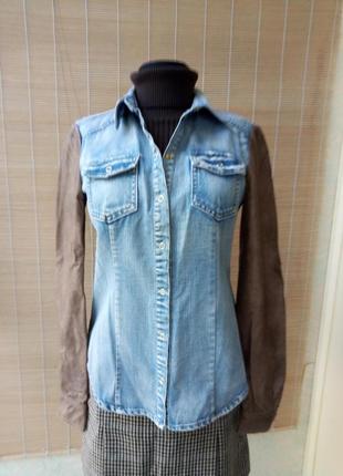 Необычная джинсовая рубашка с кожаными рукавами