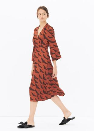 Оригинал шелковое свободное платье миди в птицы с v вырезом sandro paris