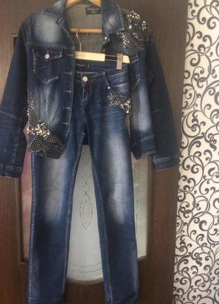 Красивейший джинсовый брючный костюм,росшитый стразами