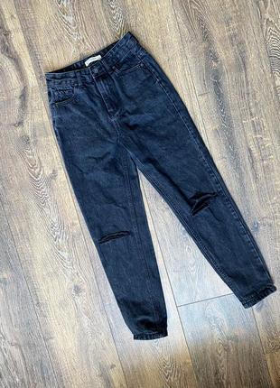 Чёрные джинсы с легкой потёртостью