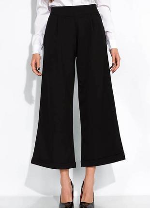 Чёрные брюки кюлоты с подкатами
