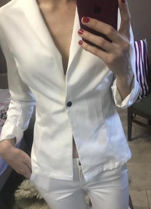 Белый костюм брючный летний