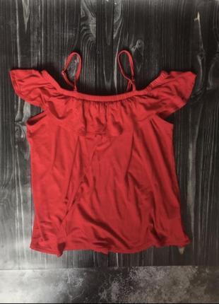 Красивая ,яркая ,красная футболка с открытыми плечами ,s