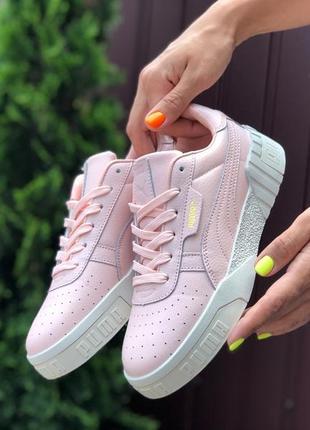 Стильные женские кроссовки пудрового цвета