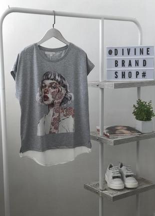 Невероятная футболка в модный принт со стразами louise orop