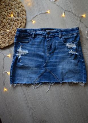 Джинсовая мини юбка с потертостями и рваным низом hollister 5 pocket skirt w25