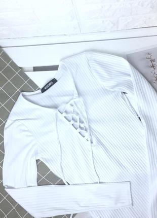 Белая базовая кофта в рубчик со шнуровкой