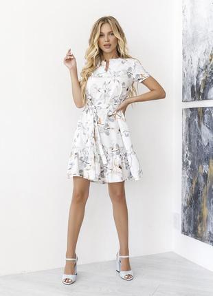 Белое платье-трапеция с клином на горловине