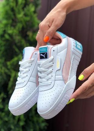 Стильные женские кроссовки белые с пудровым