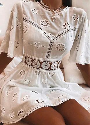 Белое свободное женское платье с кружевом
