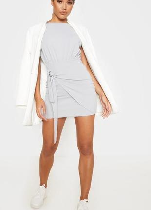 Обтягивающее серое платье с высокой талией, декориванное поясом «под запах»