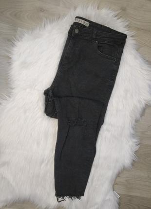 Котоновые джинсы с рваностью на коленке