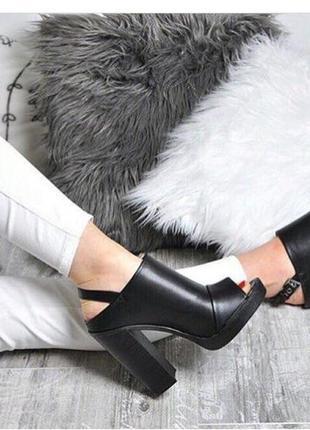 Босоножки на каблуке чёрные