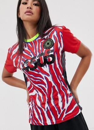 Asos.товар из англии.спортивная футболка фешенебельном дизайне.
