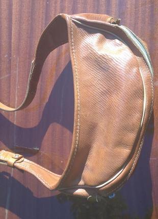 Спортивная сумка на пояс из натуральной кожи. италия.