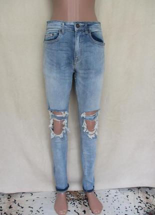 Стильные рваные джинсы скинни/стрейчевые