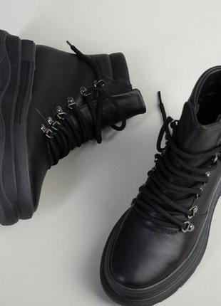 Чёрные ботинки кожа на шнурках. зимние ботинки на тракторной подошве