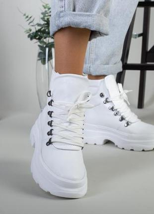 Белые кожанные ботинки на низком ходу. белые зимние! деми ботинки