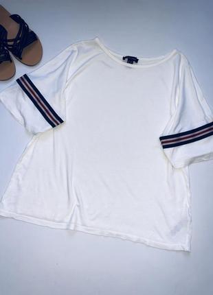 Белая футболка с лампасами оверсайз.
