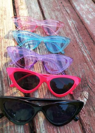 Красные ретро солнцезащитные очки лисички с красной оправой цвета черные белые синие