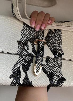 Стильная лаковая сумка-клатч